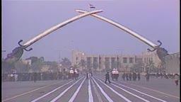 صدام حسين يختتم استعراض الجيش العراقي في ١٩٩٠